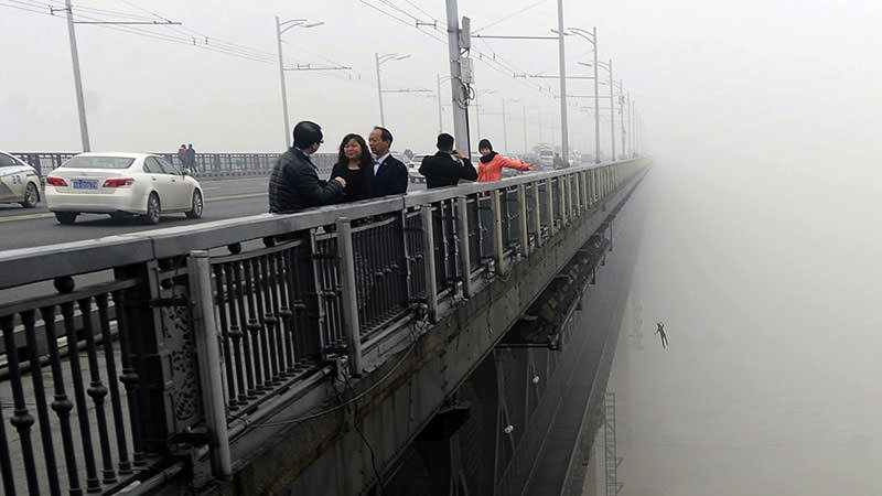Nanjing Yangtze River Bridge suicide jumper